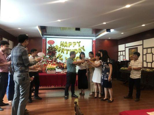 Ban Giám đốc cùng các Trưởng bộ phận cắt bánh, nâng rượu chúc mừng sinh nhật công ty