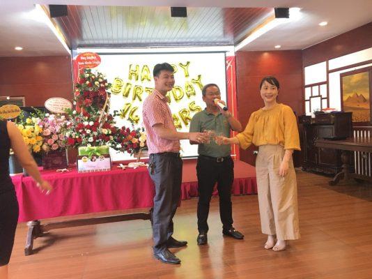 """Chủ tịch Phạm Quang Anh nâng ly chúc mừng cùng các """"lão làng"""" công thần của công ty từ ngày đầu khởi nghĩa"""
