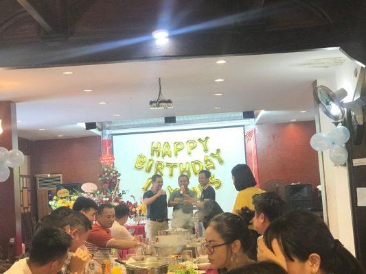 Đại diện Ban Phát triển Khu Công nghiệp, bộ phận kinh doanh mới của công ty nâng ly chúc mừng cùng Chủ tịch Phạm Quang Anh